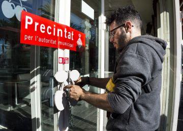dos-tecnicos-del-ayuntamiento-de-barcelona-precintan-pacha