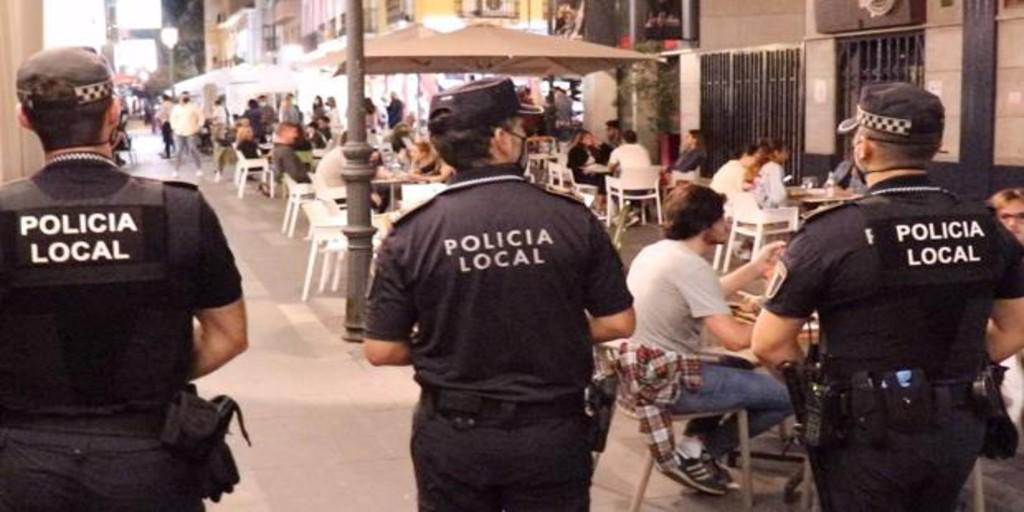 la-policia-de-alicante-desaloja-una-discoteca,-30-botellones-y-64-fiestas-privadas-en-el-puente-festivo